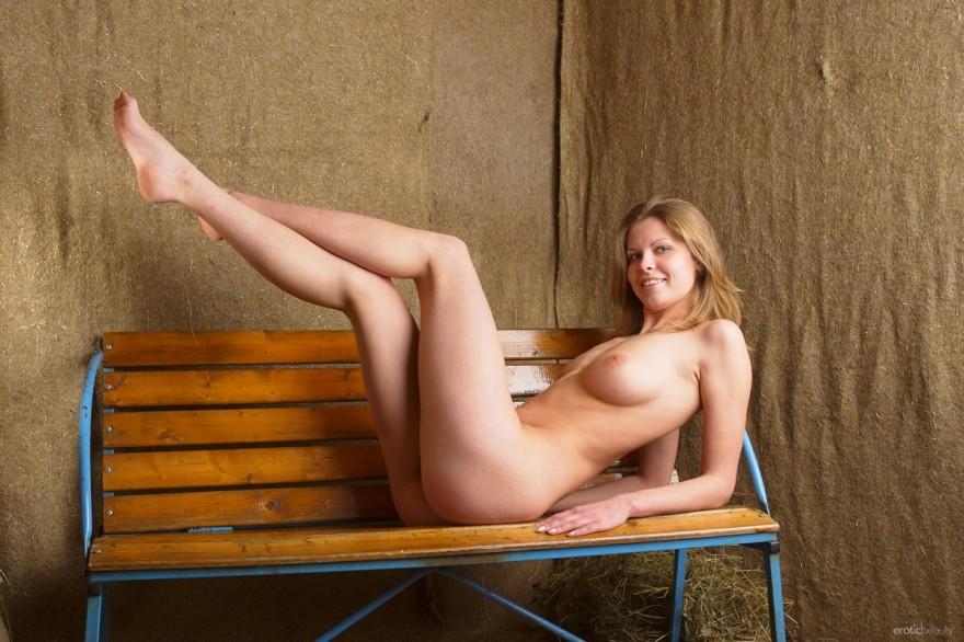 Снимки обнаженной дамы на скамейке секс фото