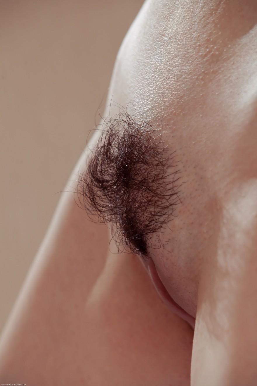 Проститутка показывает стриженную киску и волосатый лобок