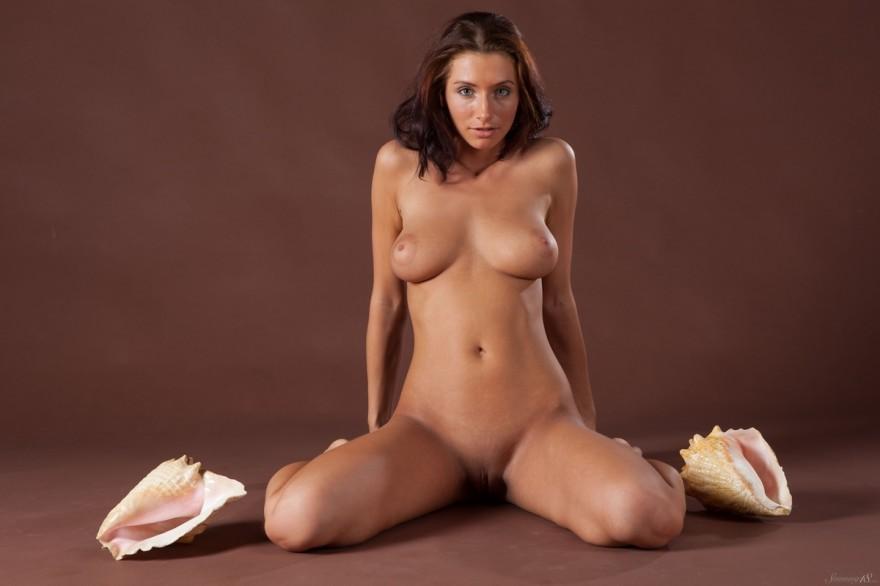 Обнаженная Ella с Двумя огромными ракушками секс фото