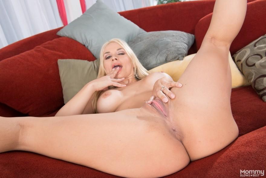 Блондинка с классной огромной задницей