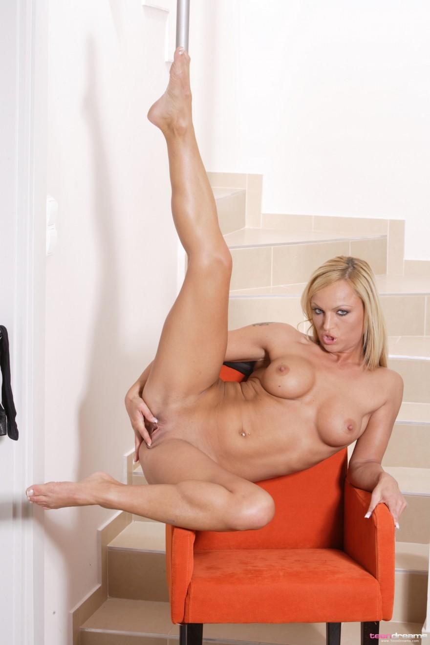 Фото сексуальной голой тёлки в кресле