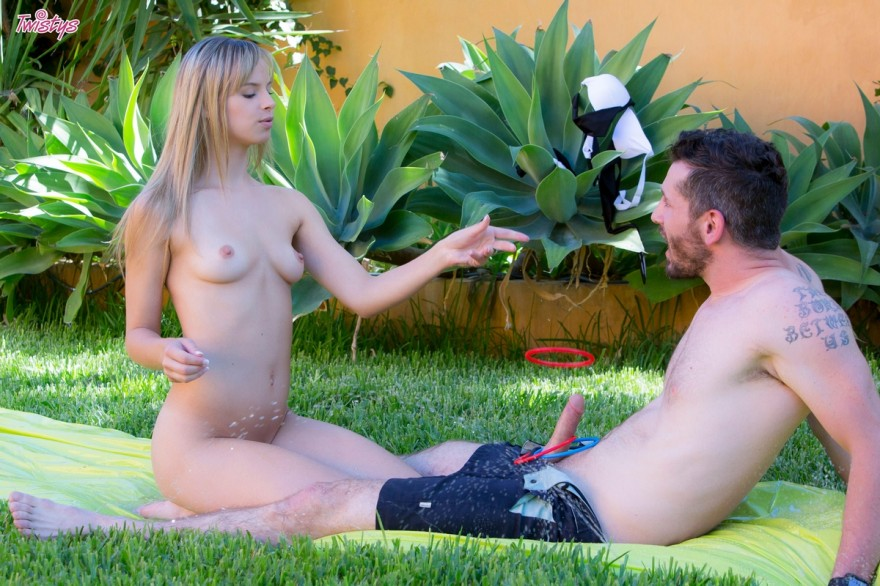 Сексуальные игры с блондинкой на зеленой лужайке