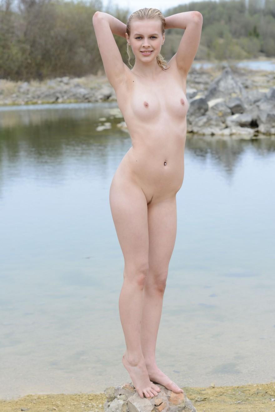 Ню блондинки с розовой попкой на берегу реки