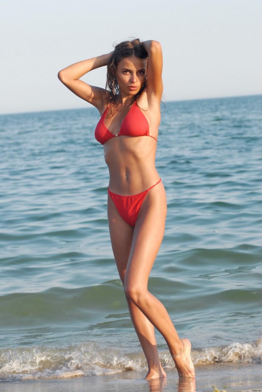 Красивая девушка в красном купальнике на море