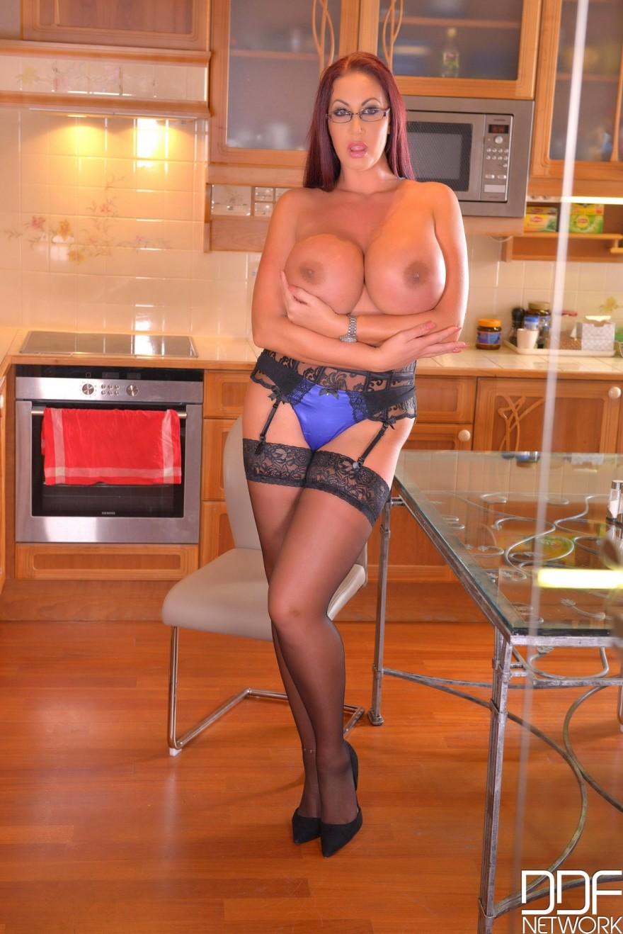 Жирная мама с гигантской ненатуральными грудями