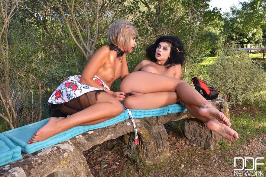 Две лесби - светловолосая девушка и брюнеточка в парке на скамейке секс фото