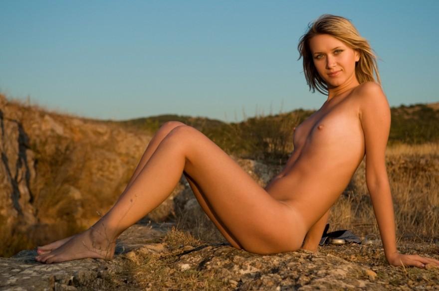 Секс фото тощей девушки без бикини в горах