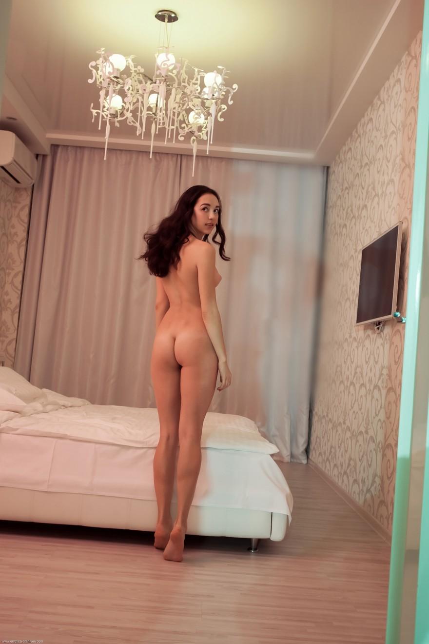Милая голая леди с шикарной жопой