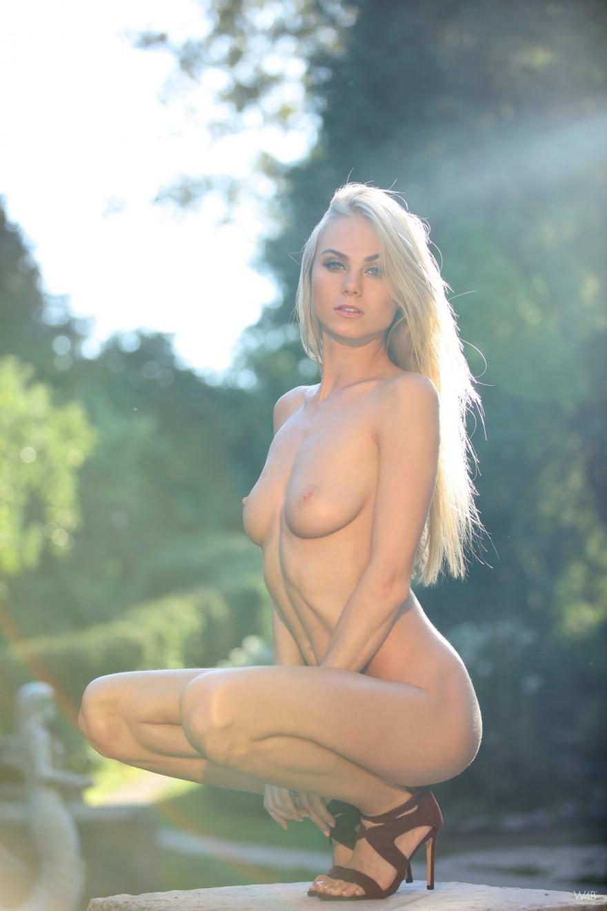 Эротические картинки горячей блондинки в парке секс фото