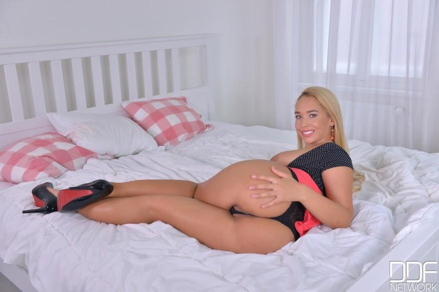 Блондиночка в короткой юбочке обнажила огромную смуглую задницу