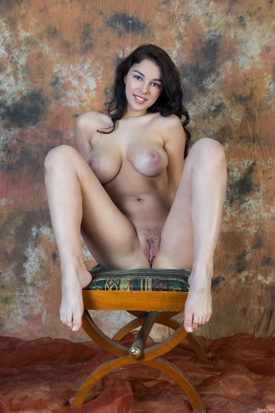 Откровенная раздетая темненькая девушка с шикарными грудями