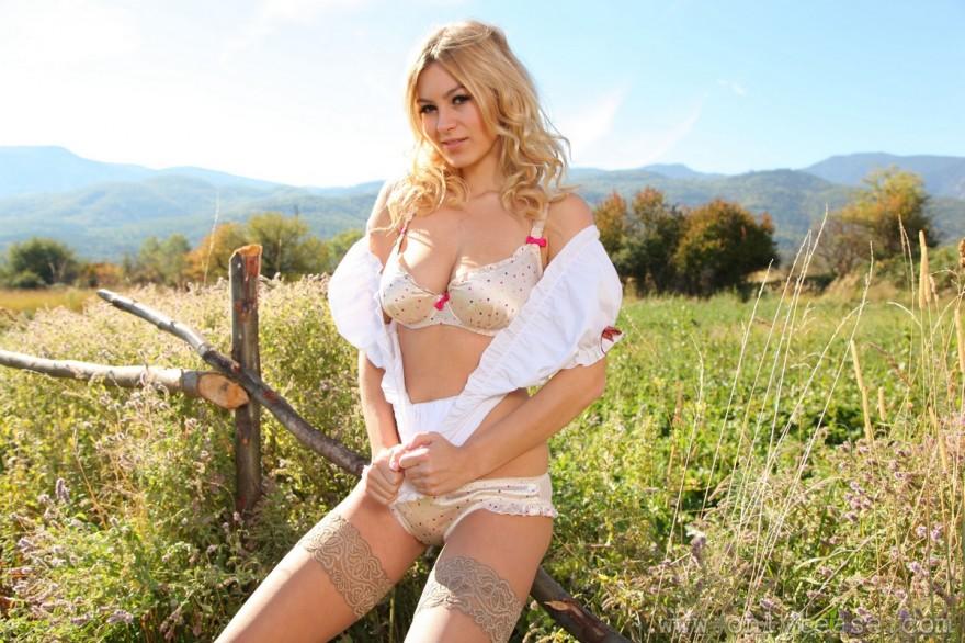 Легкая эротика блондинки в чулках на природе