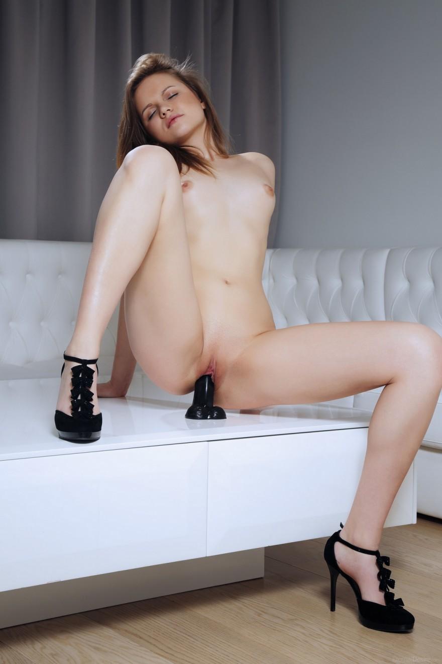 Фото девушки с черным силиконовым членом смотреть эротику