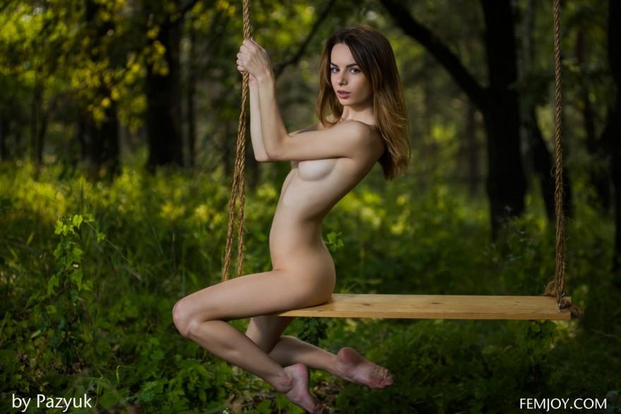 НЮ голой шатенки на качелях в лесу