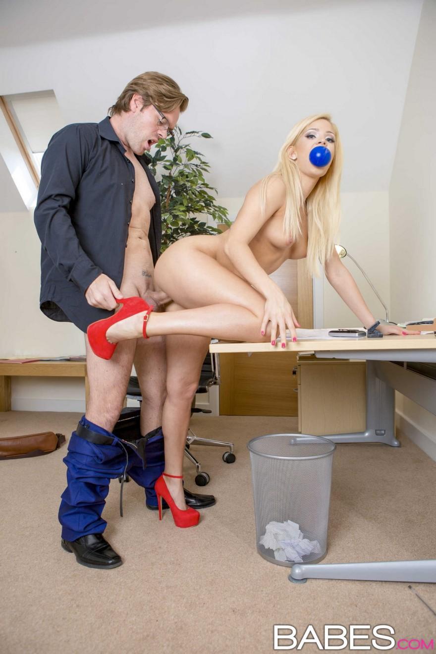 Интим фото блондинки в красных туфлях на работе