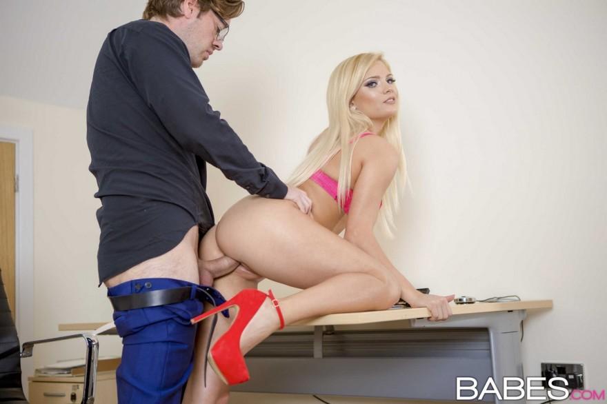 Порно онлайн мастурбация под столом туфли