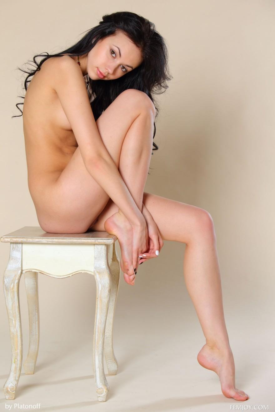 Фото изящной брюнетки с маленькой грудью