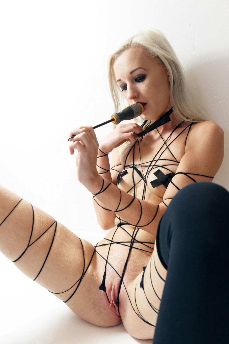 Связанная блондиночка мастурбирует с отверткой