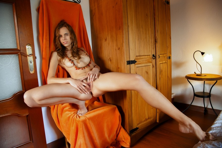 Грубая эротика рыженькой девки с бусами