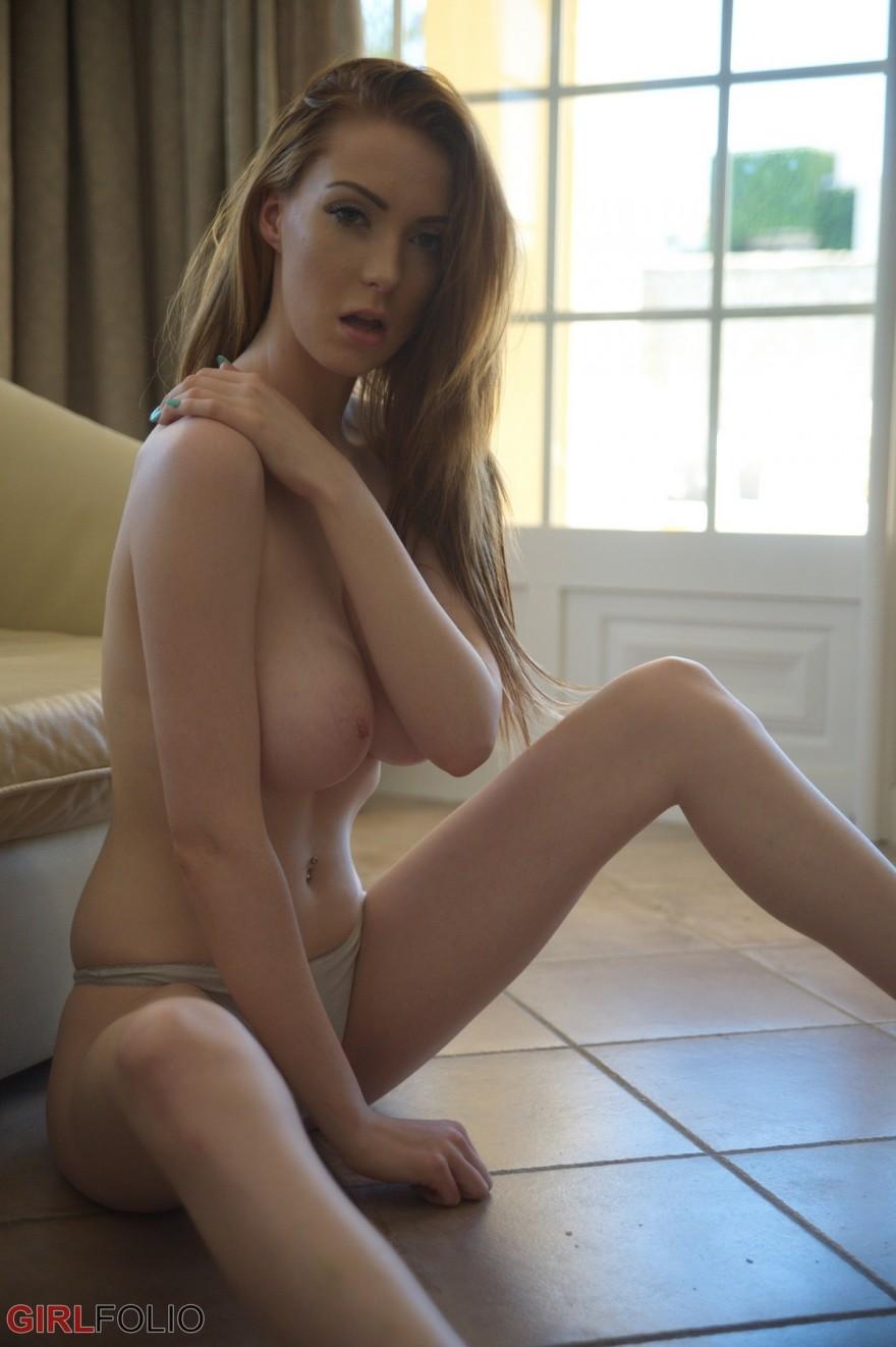 Чувственные изображениях брюнетки с возбужденной голым бюстом