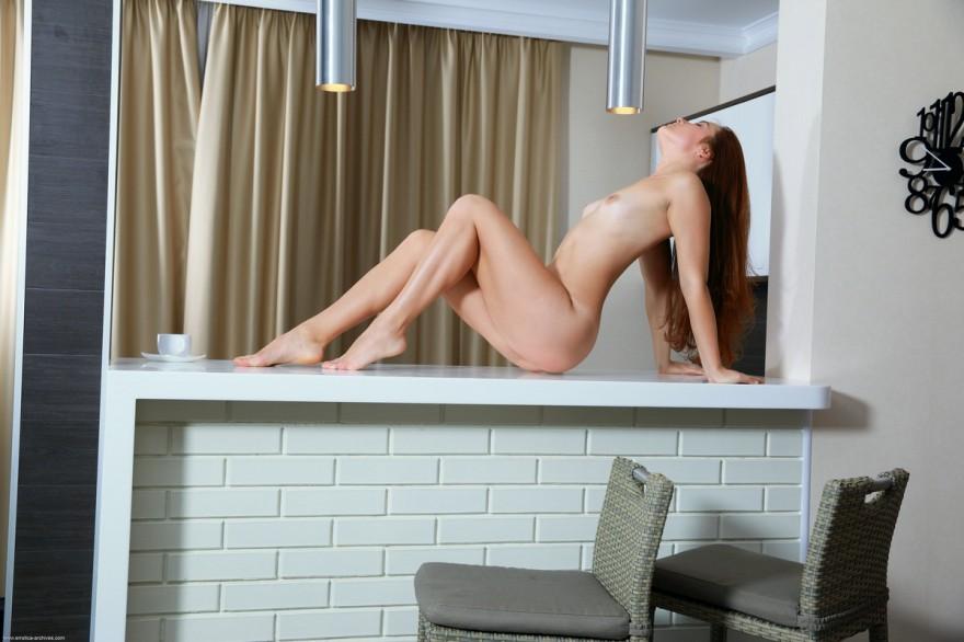 Блядь с маленьким бюстом голая на барной стойке смотреть эротику
