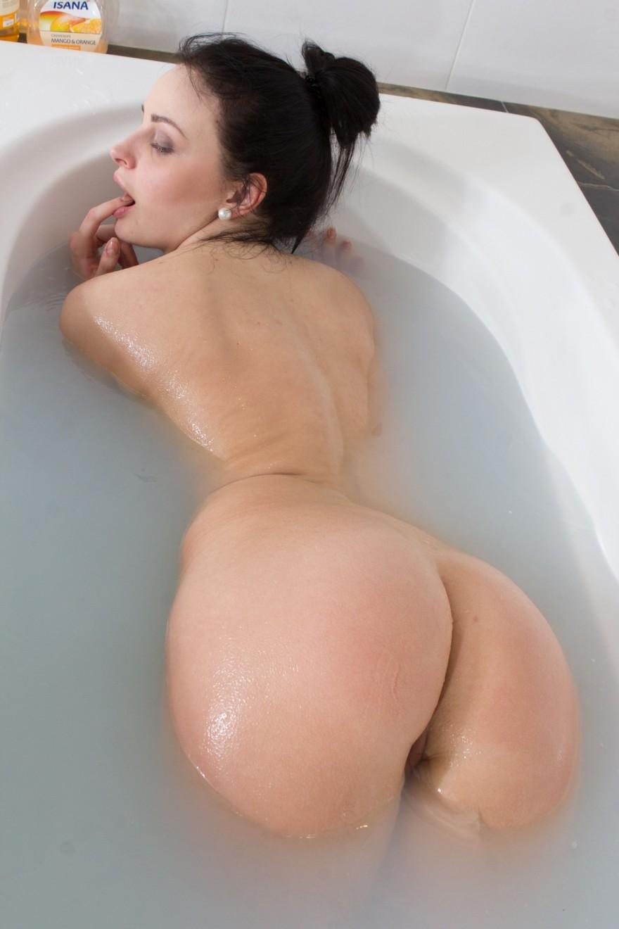Девушка с красивой грудью в ванне