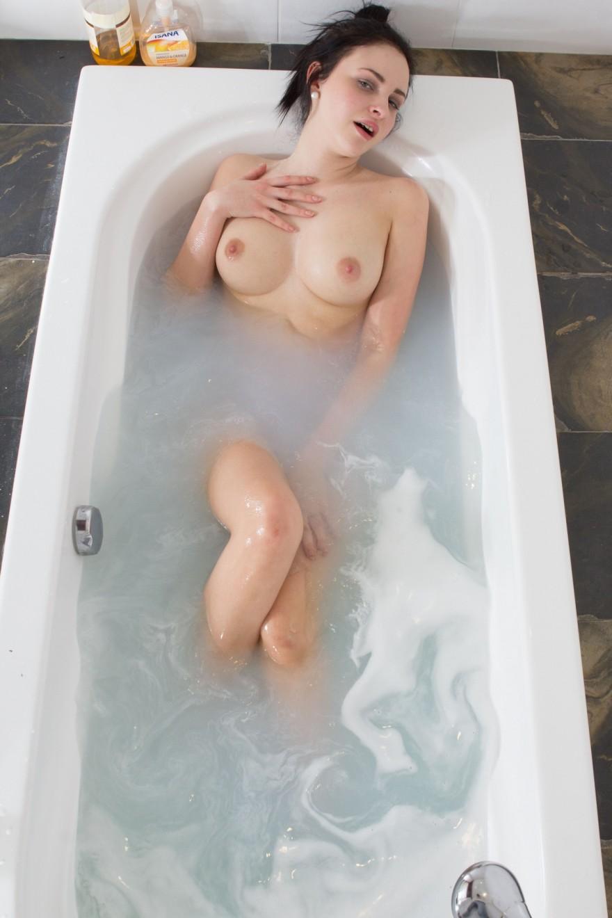 Фотомодель с упругими дойками в душе секс фото