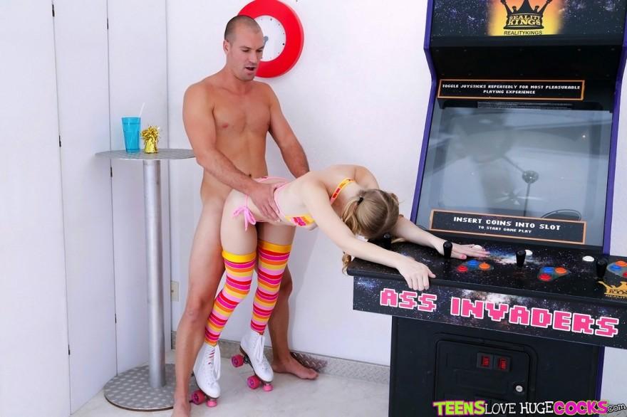 Порнуха с Молоденькой бабой на фоне игровых автоматов