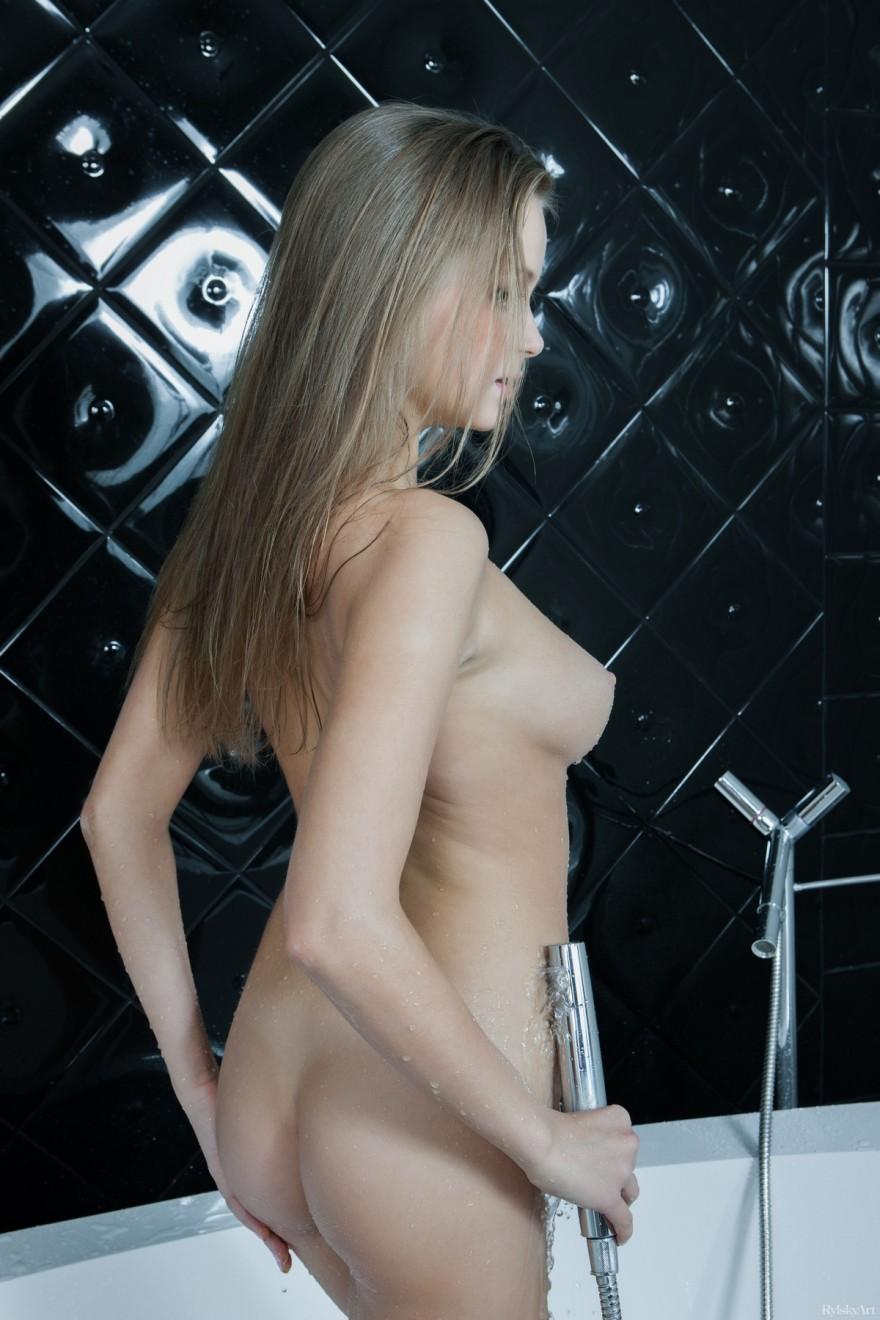Блондинка с крутыми сиськами в душе