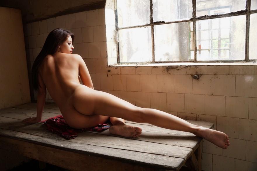 Голая шатенка с красивой грудью в заброшенном доме