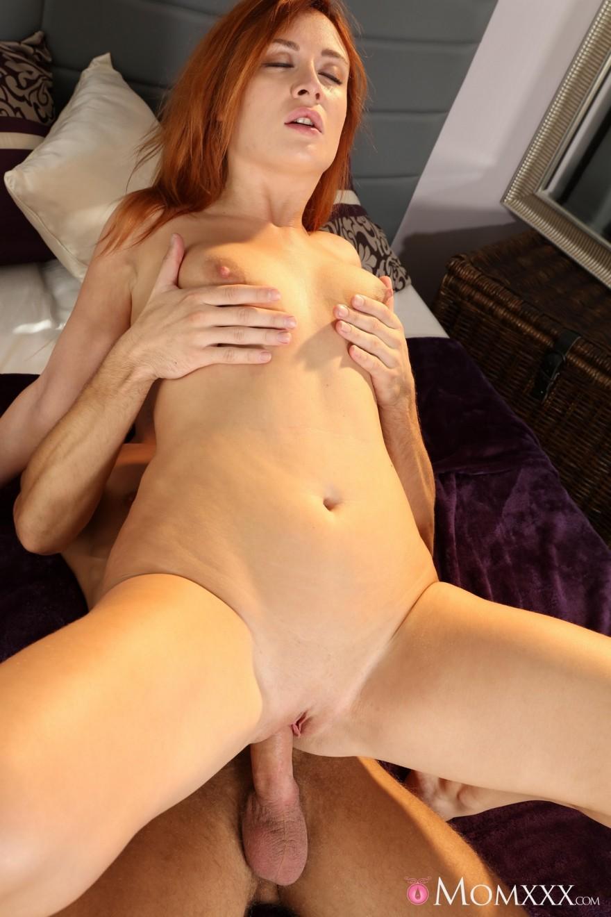 Порнофото оргазма рыженькой девахи в кружевном белье