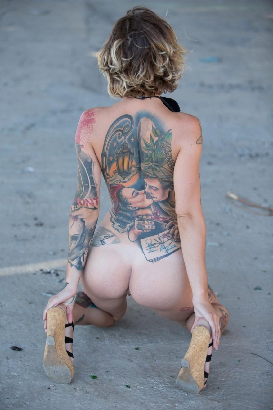 Блондинка показала голый торс в наколках