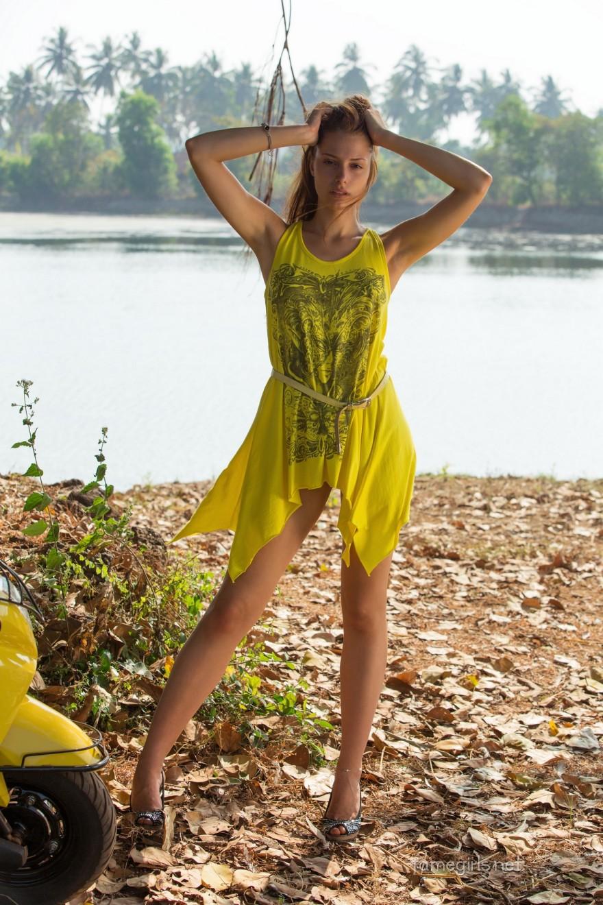 Фрау в желтом платье на фоне реки
