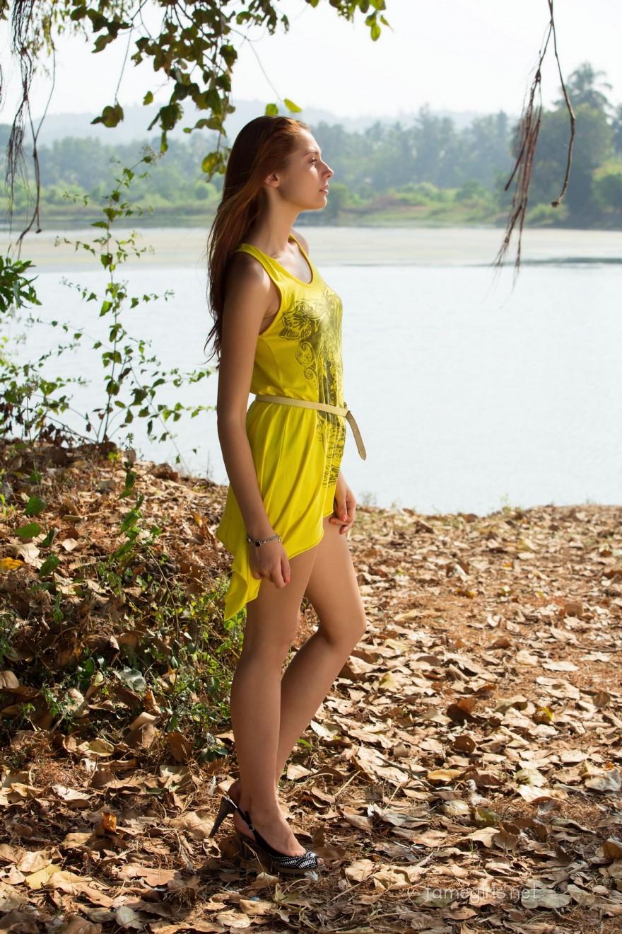 Барышня в желтом платье на фоне водоема