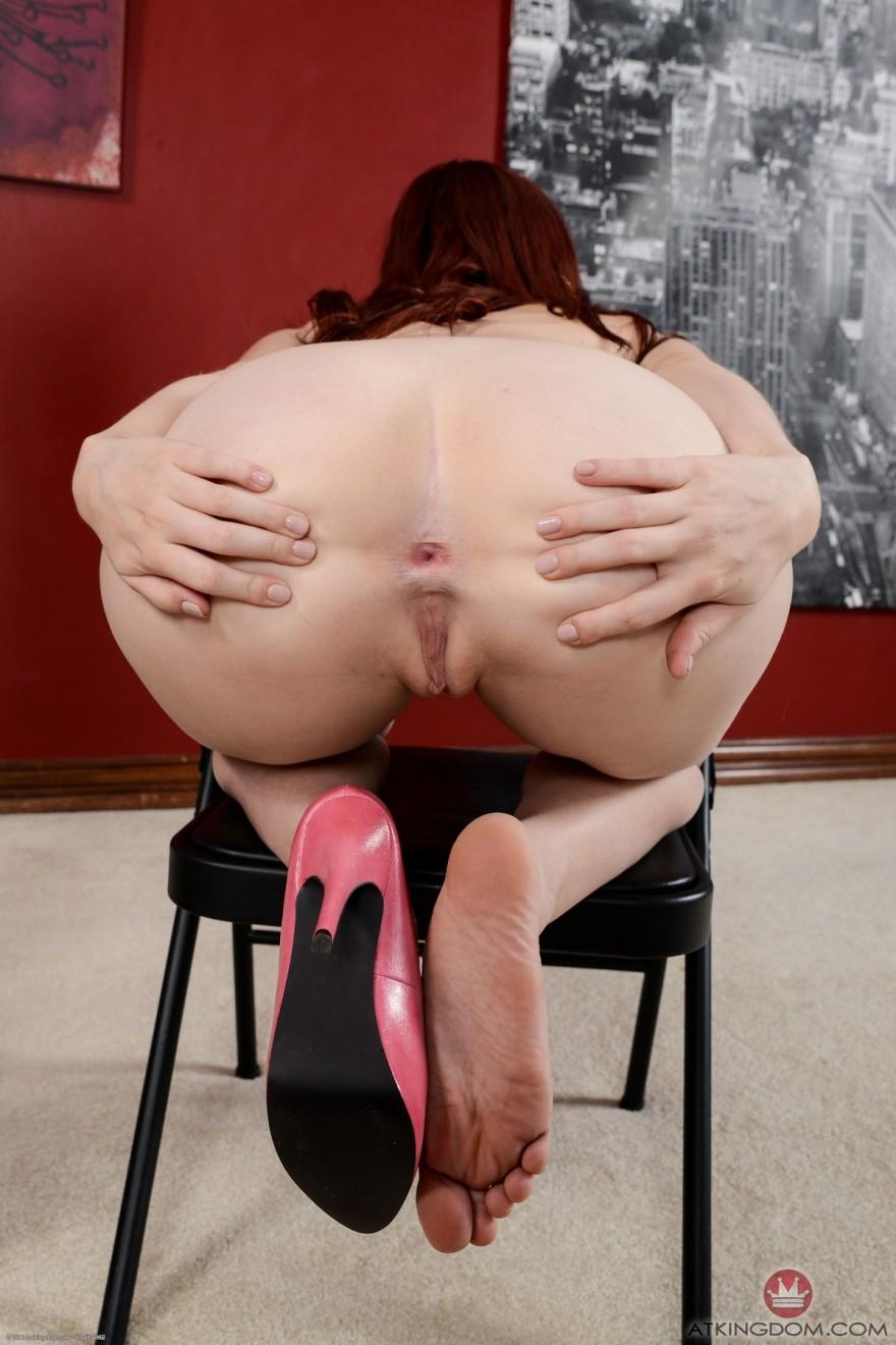 Женщина показала влажную розовую киску