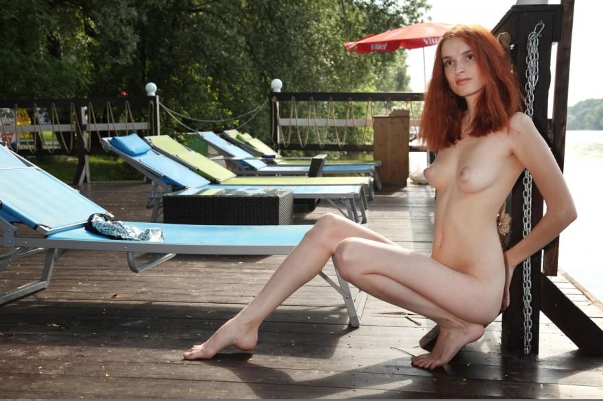 Обнаженная деваха на набережной секс фото