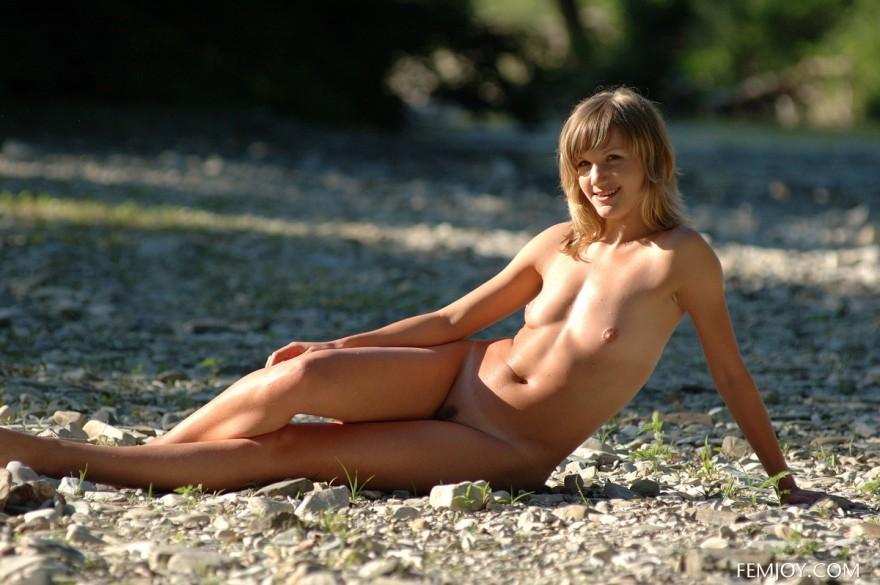 Обнаженная блондинка около ручья - ню в лесу