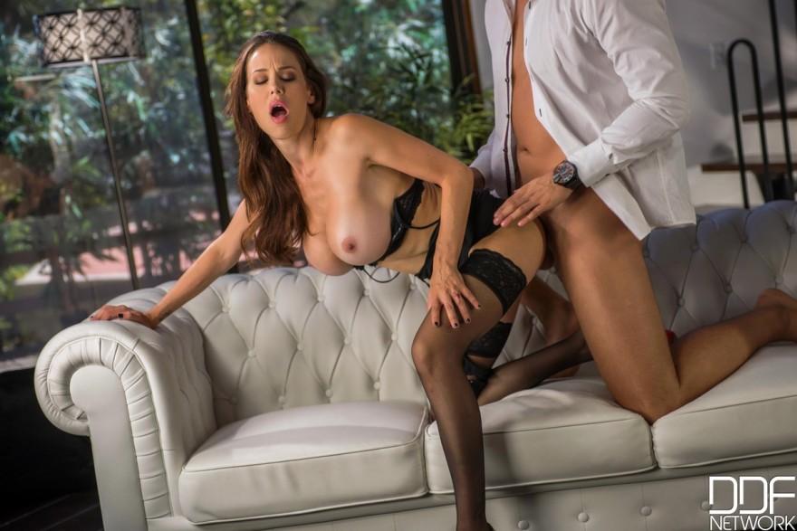Привлекательные порно фото зрелки с искусственной грудью