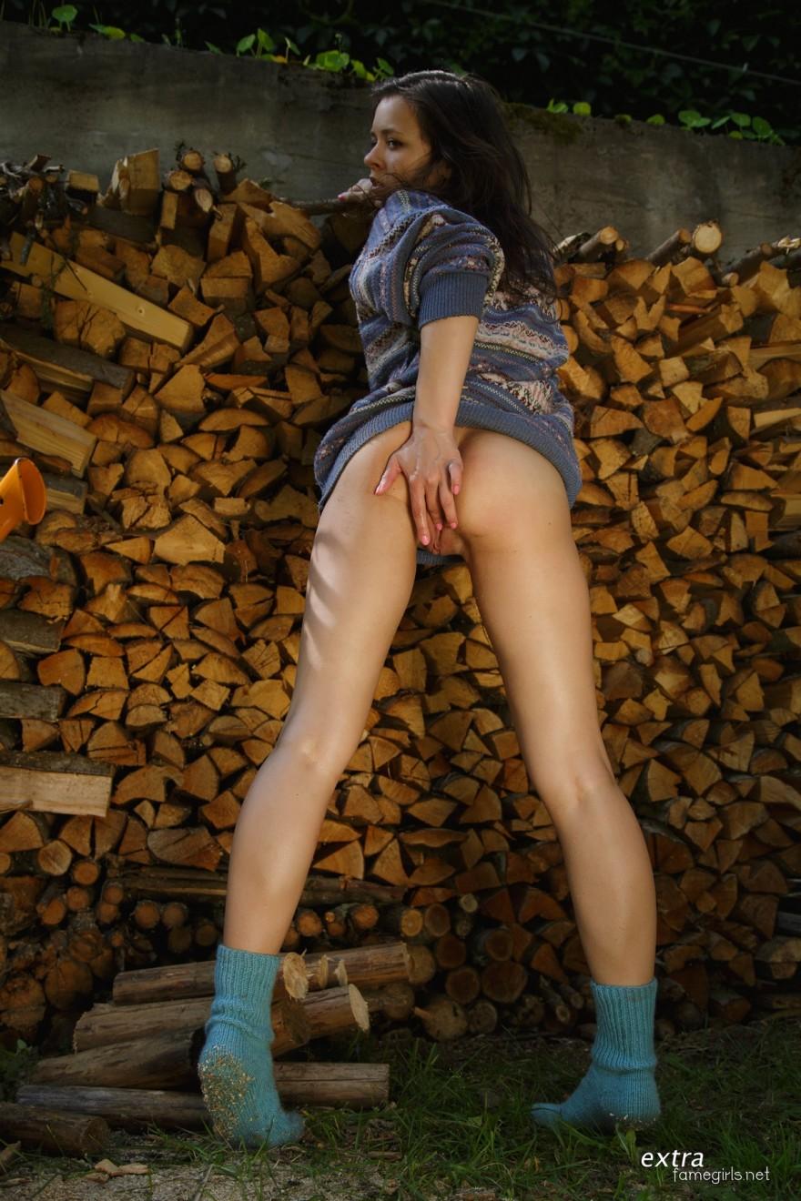 Модель с темными волосами в свитере возбуждает влажную пилотку пальчиками смотреть эротику