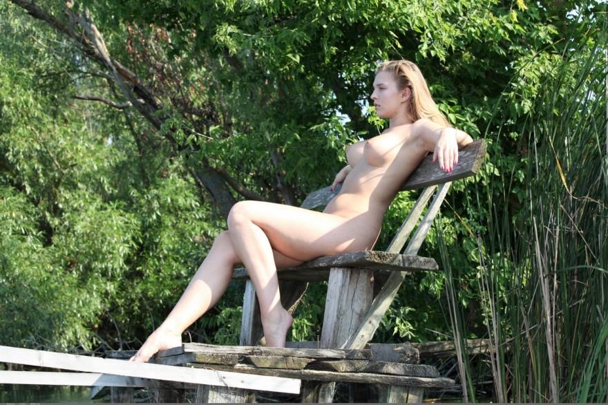 Блядь с тяжелой натуральной грудью на берегу реки