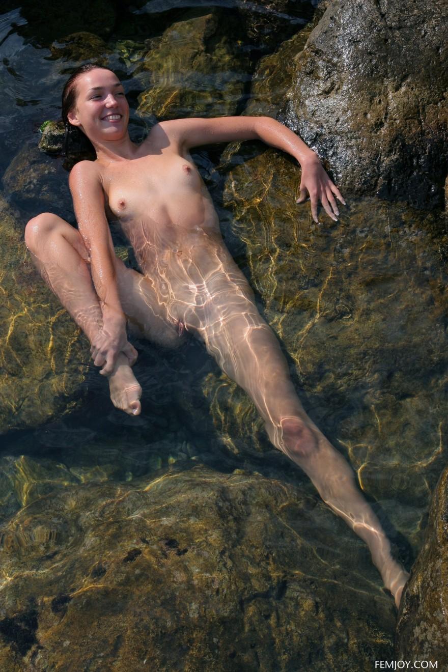 Голая сучка в прозрачной воде