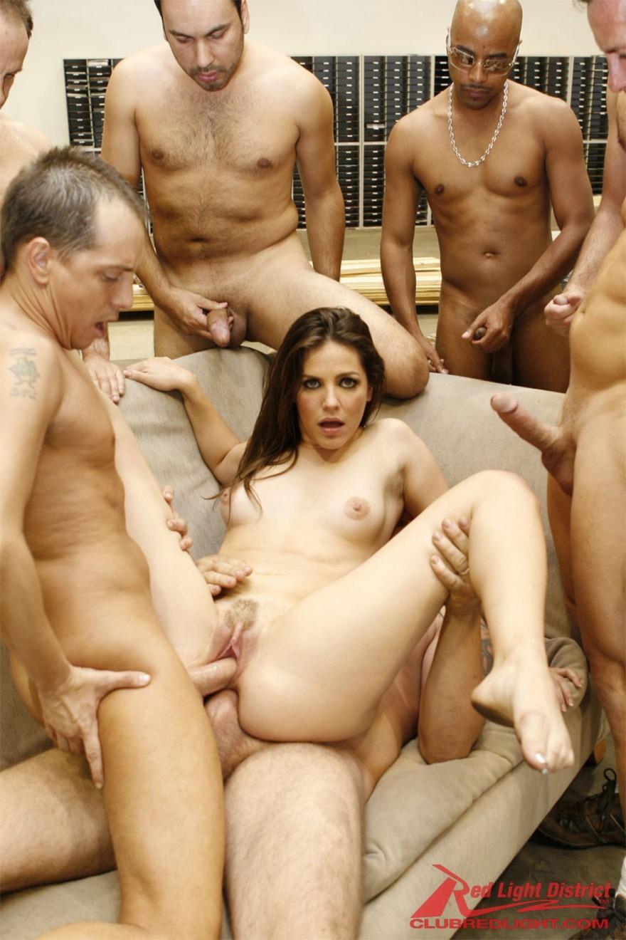 Секс оргия женщины с шестью парнями