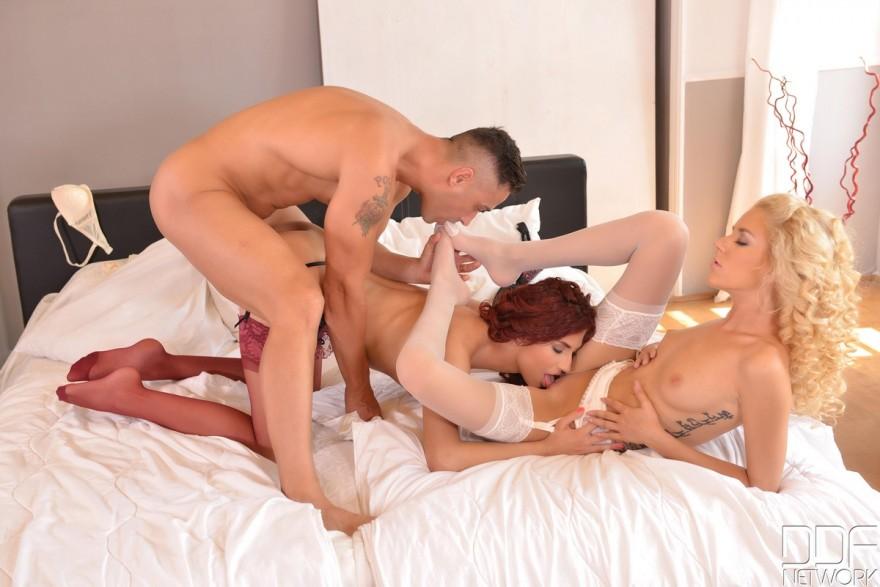 Секс с двумя красивыми девушками в чулочках