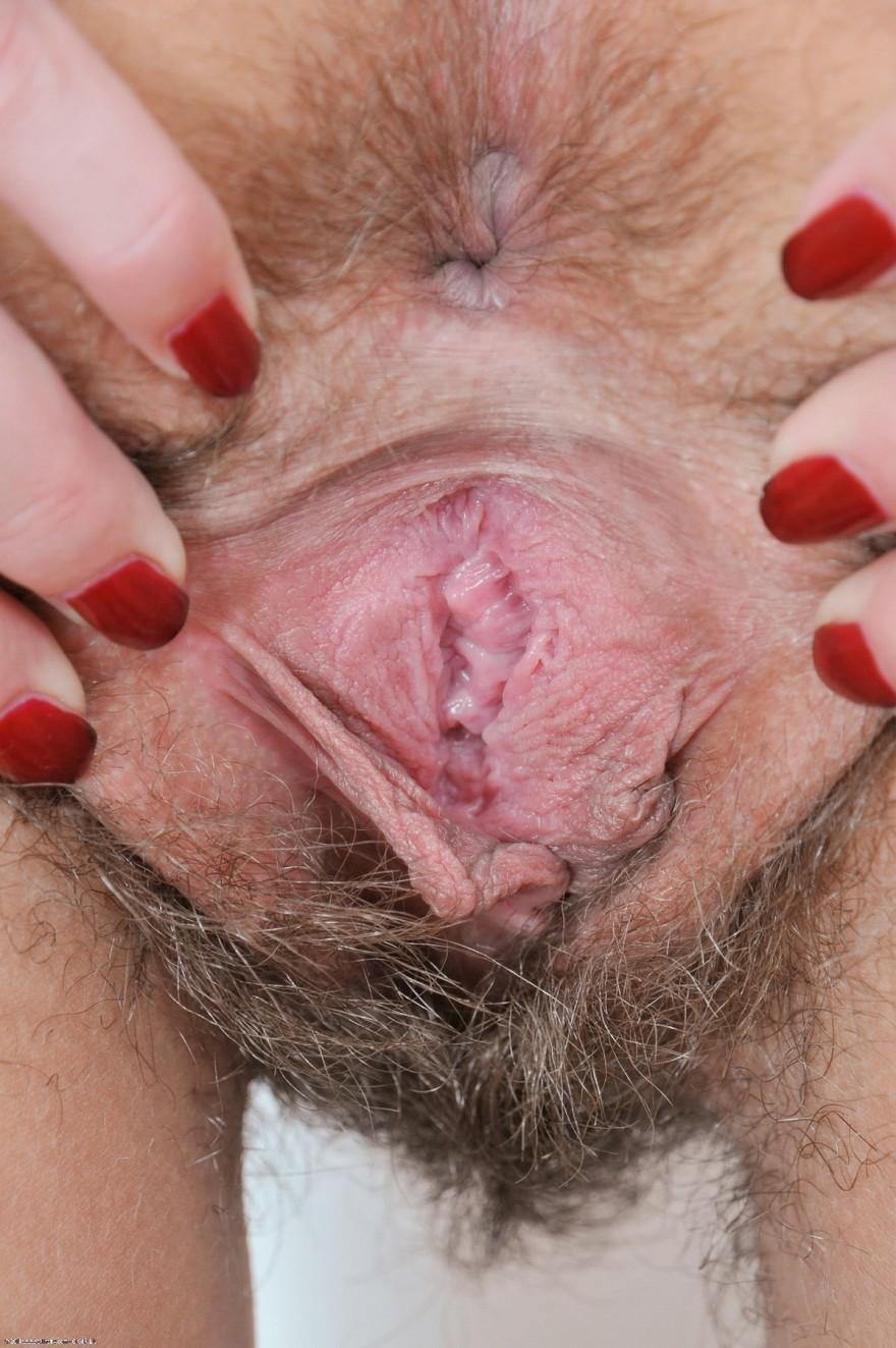 Баба с небритой вагиной светит влагалище