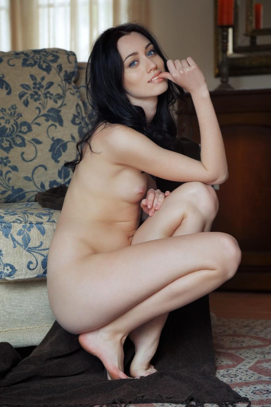 Русая порноактрисса с безумно маленькими буферами в колье из светло-синих камней