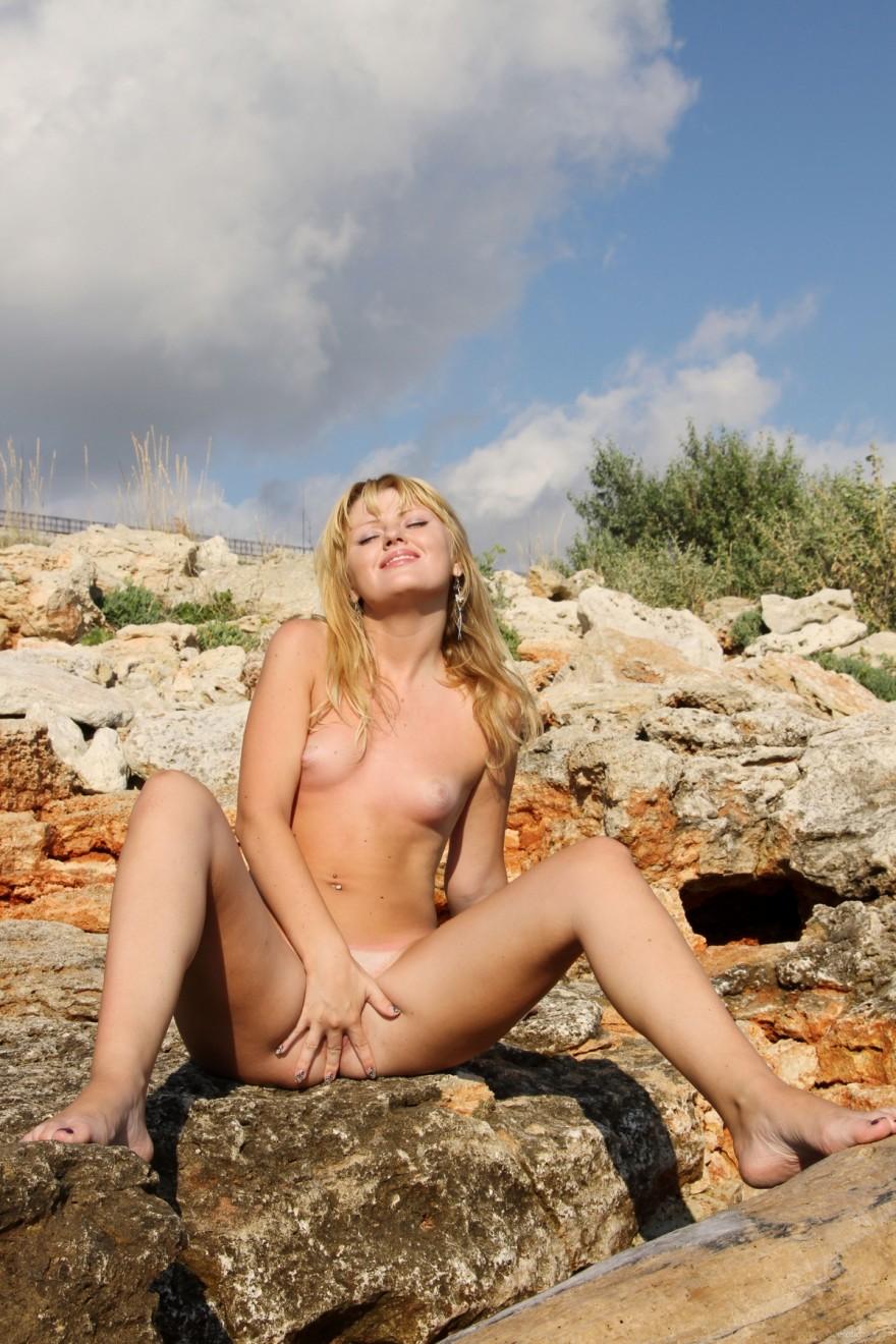 Интим фото актрисы в ярком бикини в лесу