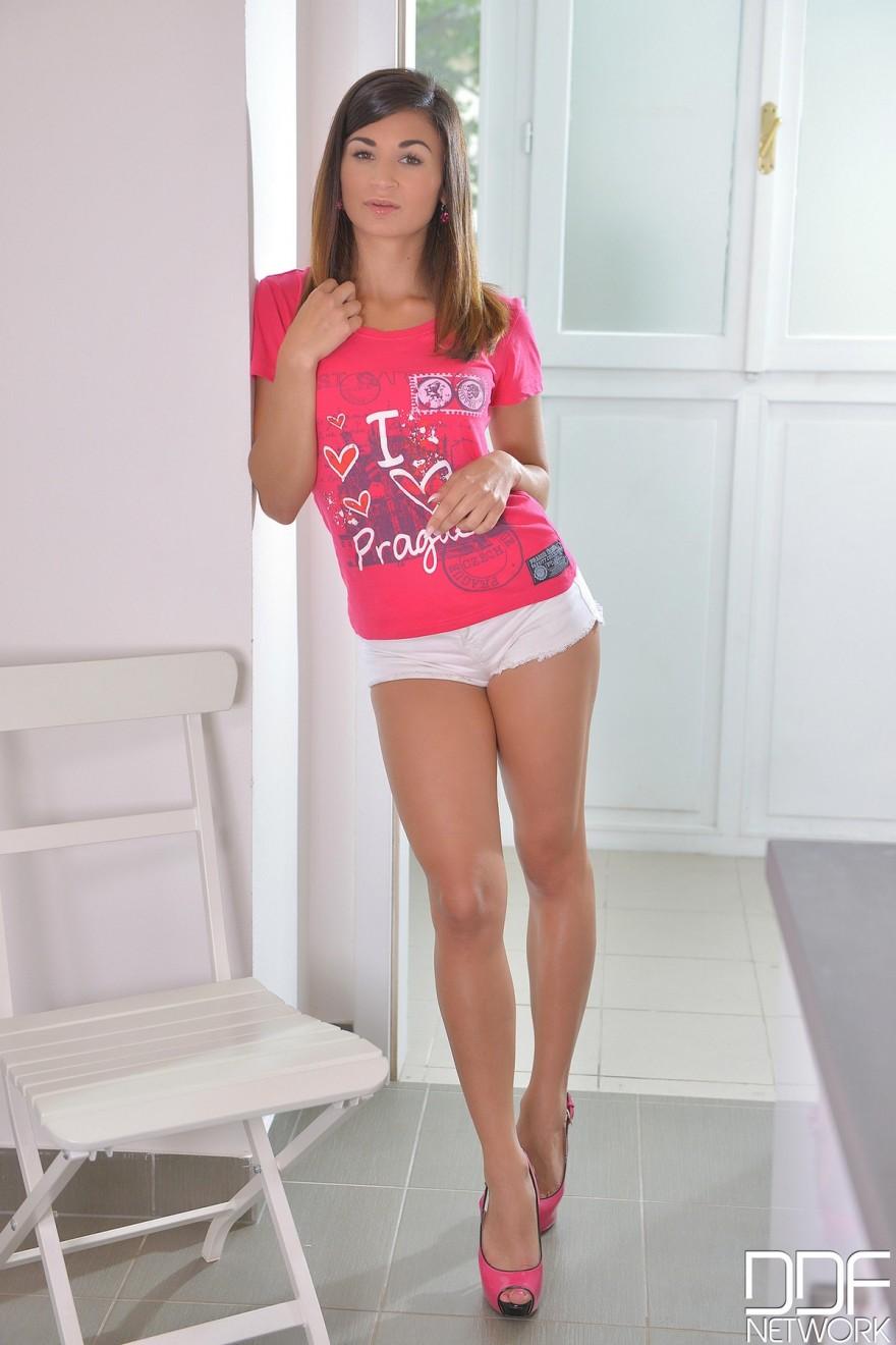 Фото порно блондинки в белых шортиках