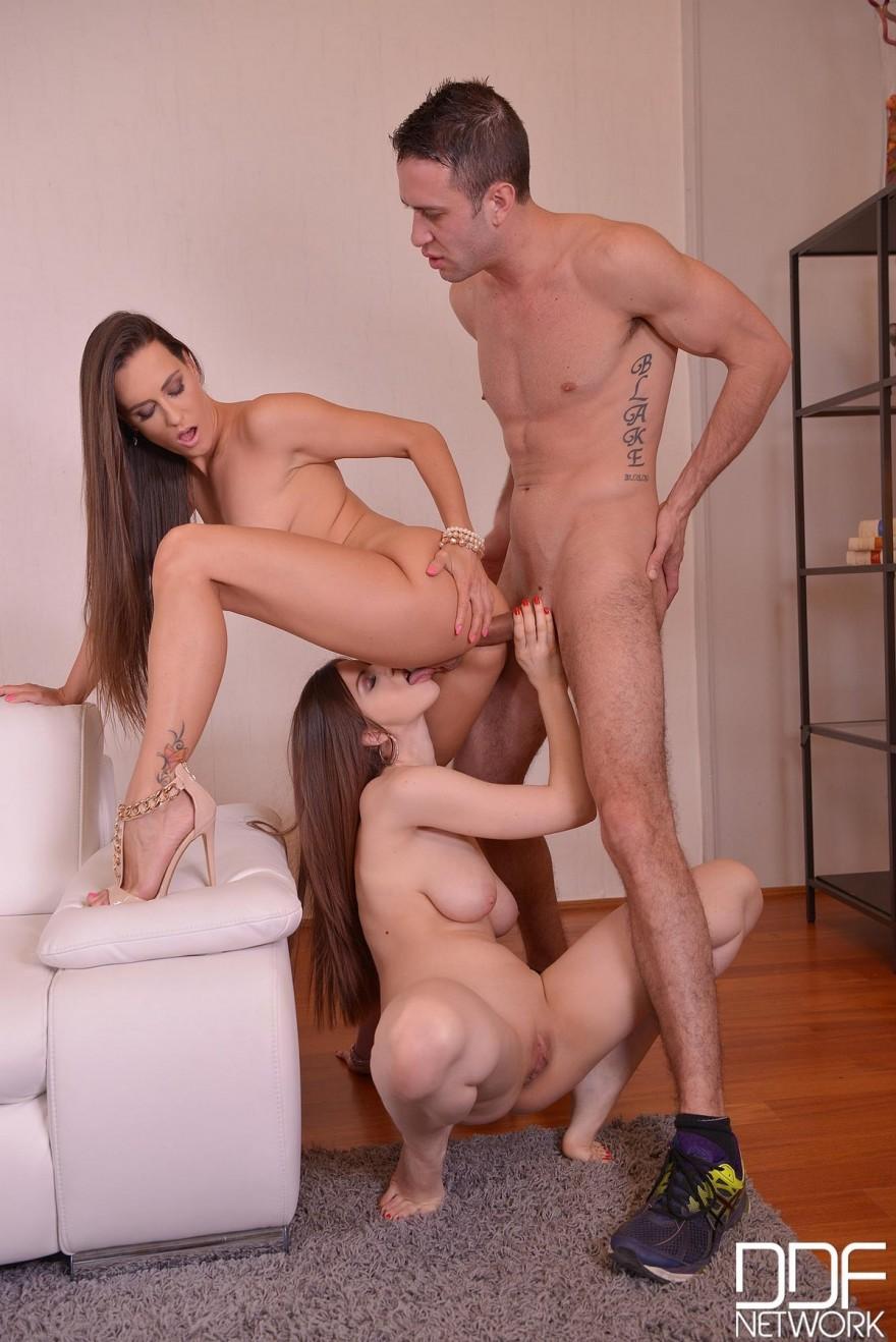 Секс фото с двумя красивыми девахами смотреть эротику