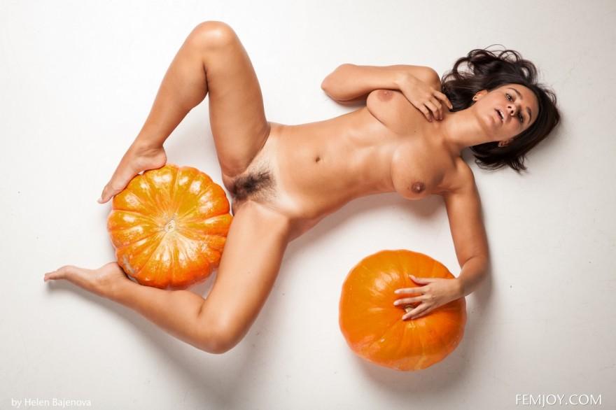 Молодая голая девушка с двумя тыквами