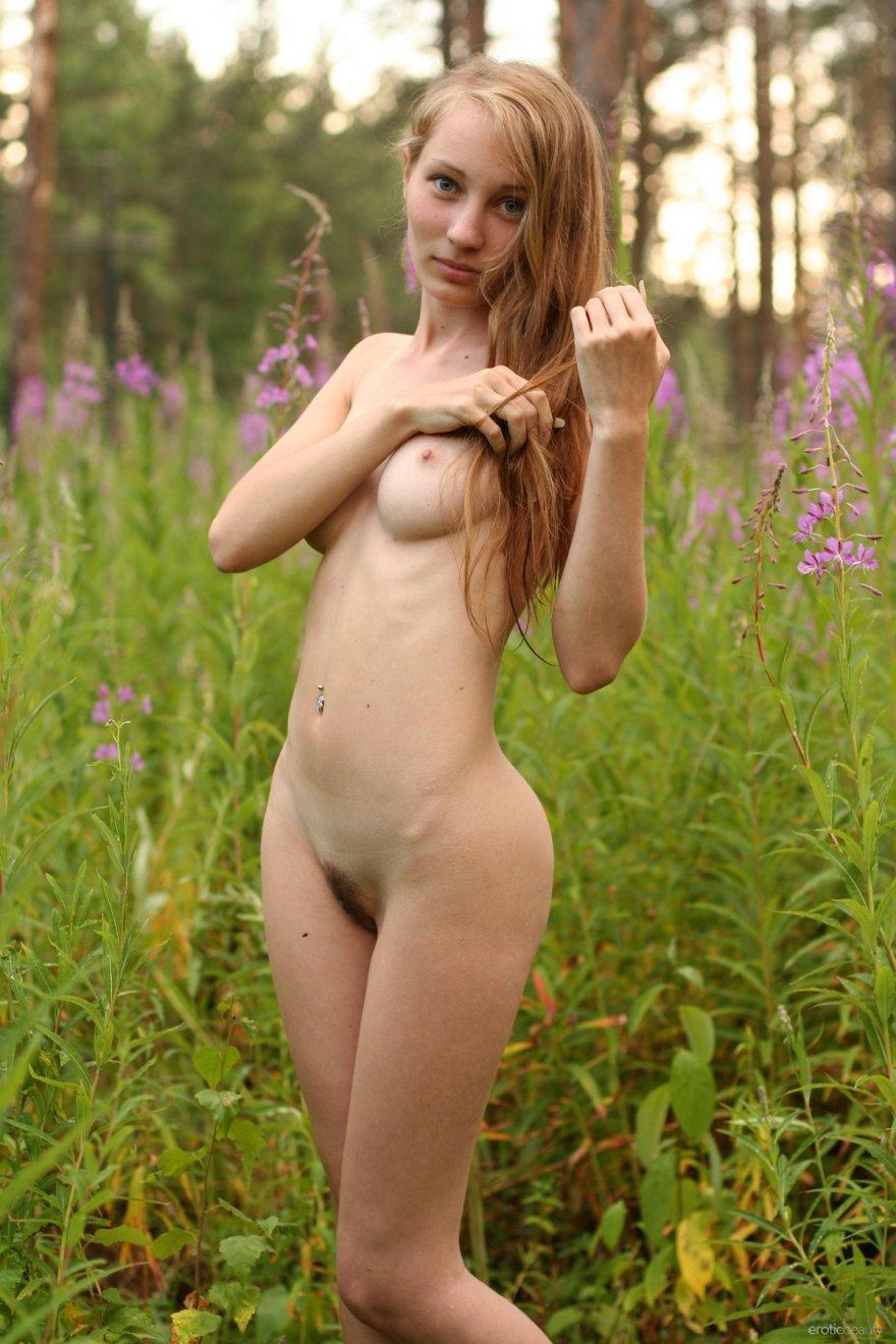 Фото девушки с большими глазами и длинными волосами